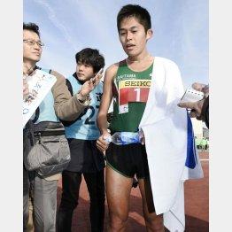 防府読売マラソンで3位に終り、報道陣の質問に答える川内