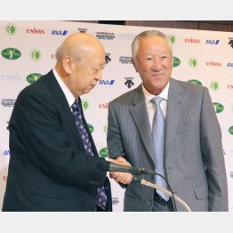 16年3月、青木功がJGTO会長に就任(左は海老沢勝二前会長)
