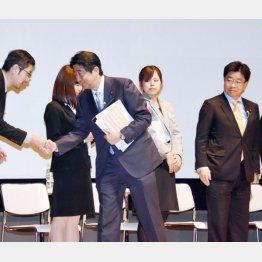「1億総活躍社会の実現」対話集会での安倍首相と加藤大臣