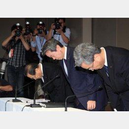 不正会計問題で記者会見し謝罪する東芝経営陣(2015年当時)