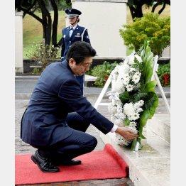 米国立太平洋記念墓地で献花する安倍首相