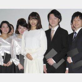 イベントに登場した加藤綾子(中央)
