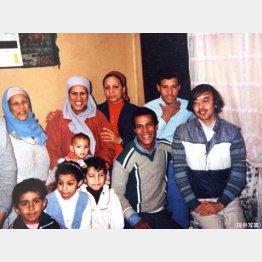 エジプトで運転手家族に招待されて(右端が西山氏)