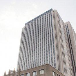 文科省が入る中央合同庁舎7号館(手前は旧文部科学省旧庁舎)
